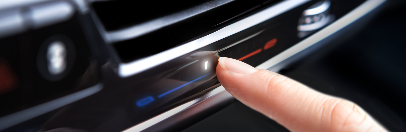 Finger berührt Oberfläche: Bedienung einer intelligenten Oberfläche